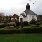 ... die Kirche mit Friedhof als Mittelpunkt
