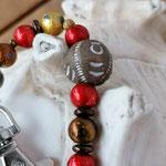 Langer Schlüsselanhänger Herzanhänger mit Herz Antiksilber, roten Acrylperlen, dunkelbraunen Acrylrondellen, goldenen Glaskrepp Perlen, brauner Holzperle mit Ornament