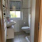 helles Dusch-Bad mit Kosmetik-Spiegel, Handtuchtrockner etc.