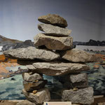Ein Inukshuk - dieser diente Reisenden als Wegweiser, es waren Landmarken zum Wiederfinden von Vorratsstellen, Warnhinweise auf gefahrvolle Plätze und Erinnerungszeichen an Orten, an denen sich Ungewöhnliches ereignet hatte.