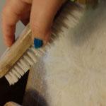 On mouille la laine avec de l'eau chaude
