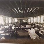 Frauen in einer Buchbindeabteilung einer Druckerei