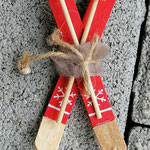 Weihnachtsdeko Weihnachts Advents Girlande Schwemmholz Skiing Time mit grüner und rot glänzender Rattankugel, Skianhänger, goldenen Sternenstaub Metallperlen, roten Glasperlen