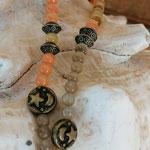 Lange Mala Perlenhalskette Perlen Halskette Clairy mit hellgelben, orangen und khaki Katzenaugen Glasperlen, Bronzerondellen, Bronze Metallperlen Mond und Stern, weisse Quastenanhänger aus Lederimitat