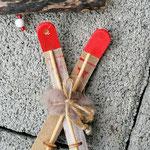 Weihnachtsdeko Weihnachts Advents Girlande Schwemmholz Aprés Ski mit dunkelbraunen Rattankugeln, Skianhänger, goldenen Sternenstaub Metallperlen, Eichelhütchen, weissen Glasperlen