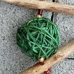 Weihnachtsdeko Weihnachts Advents Girlande Skiing Time mit grüner und rot glänzender Rattankugel, Skianhänger, goldenen Sternenstaub Metallperlen, roten Glasperlen