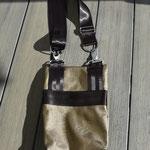 FLUGI tragbar mit Hosen-Gürtel oder die Karabiner an den Hosengurtschlaufen befestigen