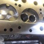 """Geht weiter am Zylinderkopf: Das 35mm Einlassventil vom Spitfire passt nur, wenn man den Brennraum ein wenig vergrössert. Die dabei entstehende """" Tasche"""" vergrössert den Strudeleffekt = die Füllung wird besser"""