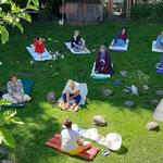 Ausbildungsgruppe im Garten Überblick