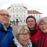 Eine Station weiter stehen wir vor dem Schloss Oranienburg.
