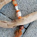 Schwemmholz Treibholz Girlande Windspiel Türdeko Fensterdeko Kamelia mit orangen Glasperlen, div. Lampworkperlen, dunkelbraunen Holzperlen, orangem Herzanhänger, Bucheneckern und Eichelhütchen