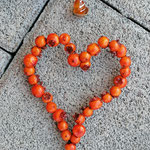 Schwemmholz Treibholz Girlande Windspiel Türdeko Fensterdeko Kamelia mit orangen Glasperlen, div. Lampworkperlen, dunkelbraunen Holzperlen, orangem Herzanhänger, Pilzperle weiss