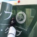 狭山ゴルフ・クラブ 第81回日本オープンゴルフラッピング施工中の様子(スキージーでの貼付工程)