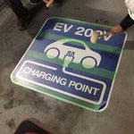 電気自動車表示看板(路面表示用)施工中
