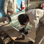 狭山ゴルフ・クラブ 第81回日本オープンゴルフラッピング施工中の様子(窓の寸法に合わせてカット工程)