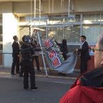 松戸市役所への懸垂幕掲示の様子2