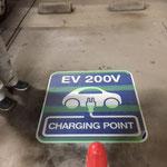 電気自動車表示看板(路面表示用)施工完了(保護カバーあり)