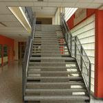 Stahltreppe mit lackiertem Geländer und Edelstahlhandlauf; Mittelschule Pocking