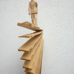 Figur auf Brennholz