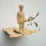 Figur auf Kistenholz
