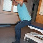 dito Übung 2 Hände leicht hinter dem Kopf positionieren, Ellenbogenspitze von vorne nach seitl. hinten bewegen