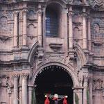 Le seigneur des tremblements de terre sort de la cathédrale...