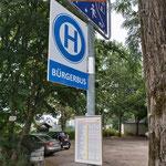 Neues Haltestellenschild, darunter Fahrplan: Haltestelle Rumpelfass, Limbach