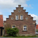 Am Kirchberg steht das ehemalige Pfarrhaus. Nach dem Umzug des Pfarramtes ins Schloss diente der Sandsteinbau mit Treppengiebeln u.a. als Armenhaus der Gemeinde. Im Inneren wurde das Gebäude in den letzten Jahren aufwändig renoviert.