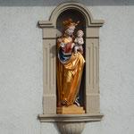 Mutter Gottes mit Jesuskind; Hausfigur an einem Anwesen an der Hauptstraße