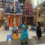 zwei betende Frauen beim Tempel des Hinduismus