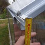 Die etwas dünne Dachrinne für die Dachfläche