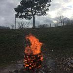 Osterfeuer in der Grube am Ende des Hofs