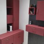 Meuble salle de bains panneau texturé. Habillage mur en céramique