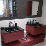 Meuble salle de bains panneau texturé. Vasque verre laqué noir