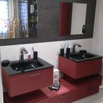 Fabrication meuble salle de bains sur mesure panneau texturé. Vasque verre laqué noir