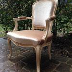 Réfection complète fauteuil cabriolet style Louis XV - Tissu velous Berry de Lelièvre - Passementerie Gallery d'Houlès