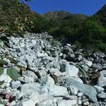 冷たい水でのどを潤す。小池新道の水場秩父沢