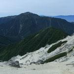 巻き道の途中から仙丈ヶ岳を望む