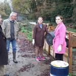 La corvée ! Cosmina et Olga vident les bassines dans le composteur
