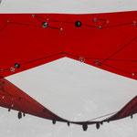 "Petra Colzada, Maske ""looking a little bit dangerous"", 2020, Kunststofffolie, Glasperlen, Pailletten, Baumwollfaden, Eisendraht, Strickerei auf Kunststoff, Unikat"
