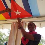 Yolenny präsentiert die kubanische Flagge