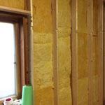 壁の断熱材は2重に入れるので24㎝。写真は1枚目。一般的な家は10.5㎝か12㎝ですので我が家は2倍入っていることになります。