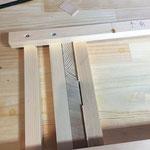 木の角棒を横に並べて取り付けていきます。差し込む板の厚み分の木と、薄い木を挟んで取り付けます。