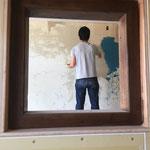 囲炉裏の窓からオーナーを激写。