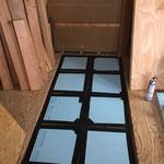 リフォーム部屋は2階ですが1階と断熱ゾーンを分けるので床にもしっかり断熱材を入れて、テープで気密を高めます。