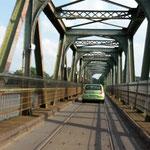 Auch sehr intersant: Die Lindaunis Brücke. Diese lässt sich auch nach oben klappen ist einspurig und sowohl für Bahn als auch Autoverkehr auf der gleichen Spur gebaut....