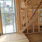 2020年7月12日 礼拝室より丸型のステップを上がり階段へ