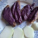 Pain au levain, crème banane myrtille et chou-rave