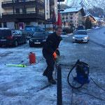 Absperrungen für autofreien Rüfiplatz vorbereiten