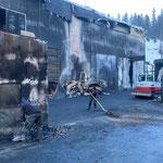 ...und von Hand, im Hintergrund ausgebrannter Lader HZW Lech